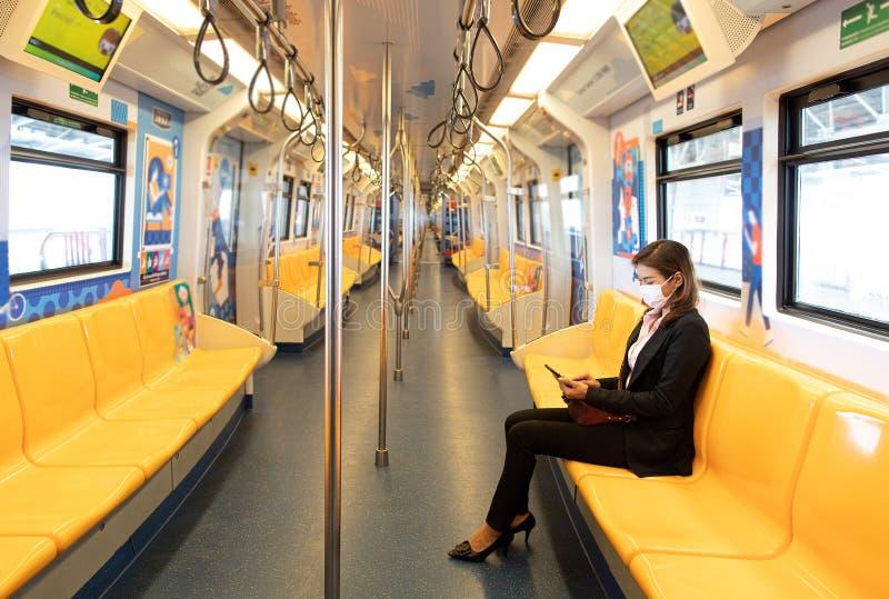Donna seduta sola in treno immagine stock libera da diritti