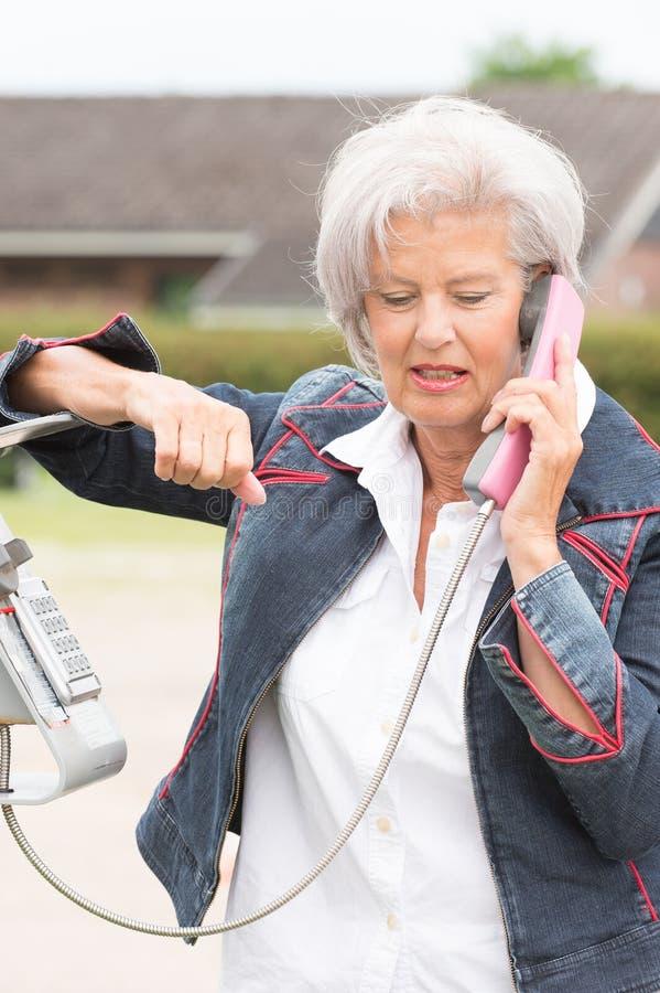 Donna senior al telefono immagini stock