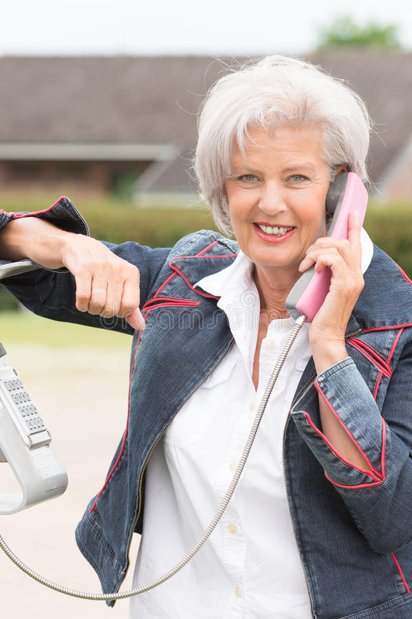 Donna senior al telefono immagine stock libera da diritti