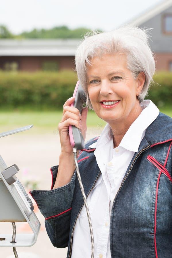 Donna senior al telefono immagine stock
