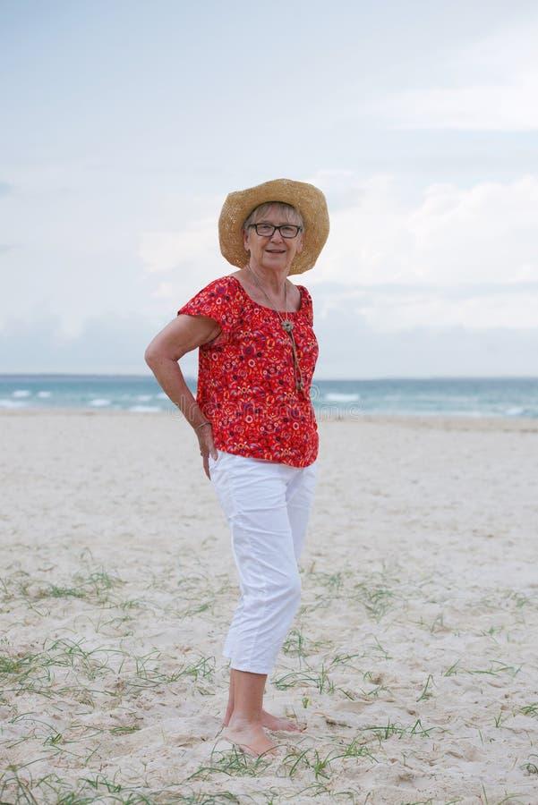 donna senior alla spiaggia fotografia stock libera da diritti