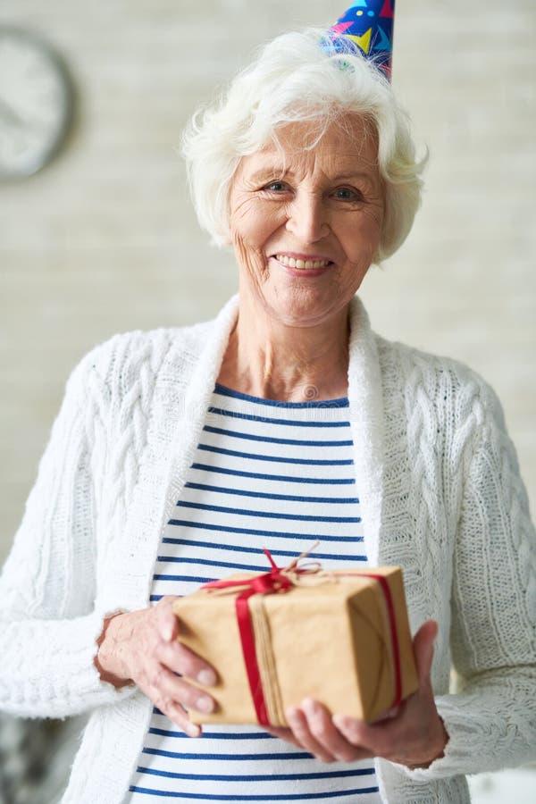 Donna senior allegra che celebra il suo compleanno fotografia stock