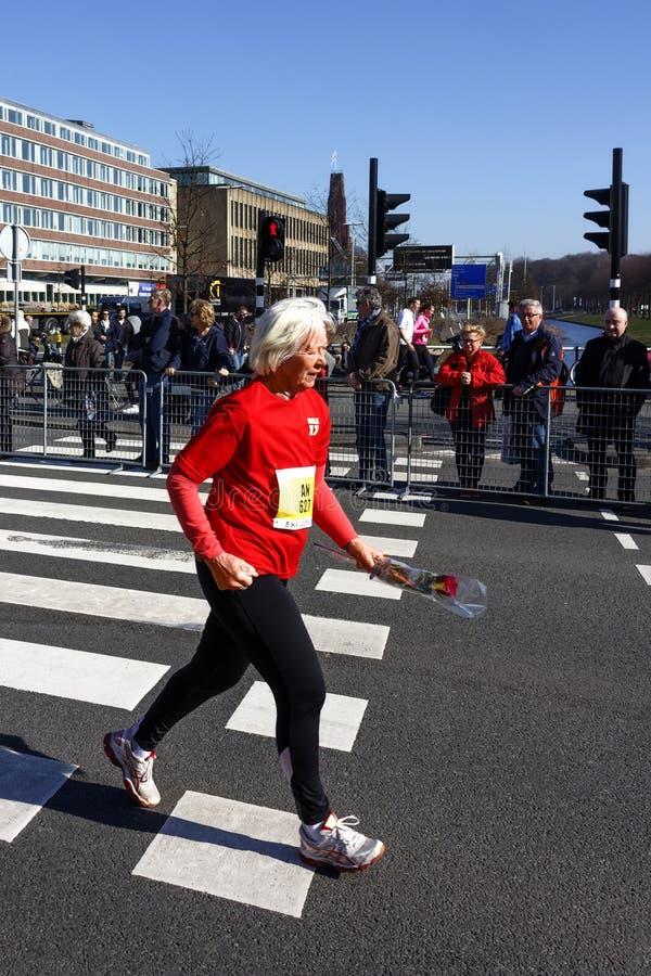 Donna senior anziana con una rosa fotografia stock libera da diritti