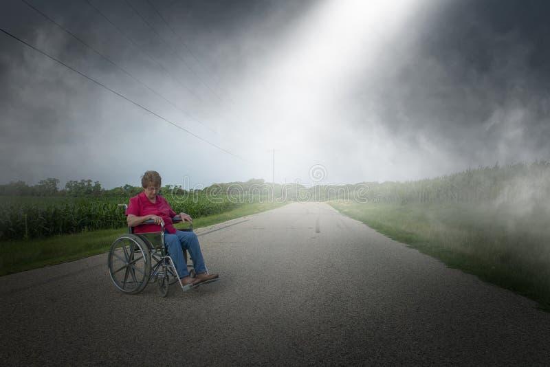 Donna senior anziana anziana, sedia a rotelle, sola, depressione immagini stock