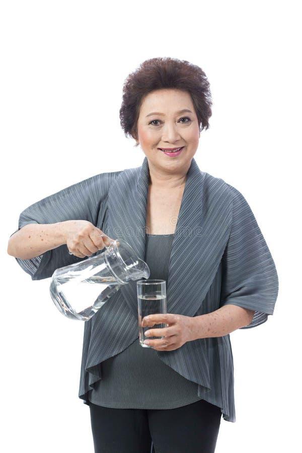 Donna senior asiatica isolata su bianco immagine stock
