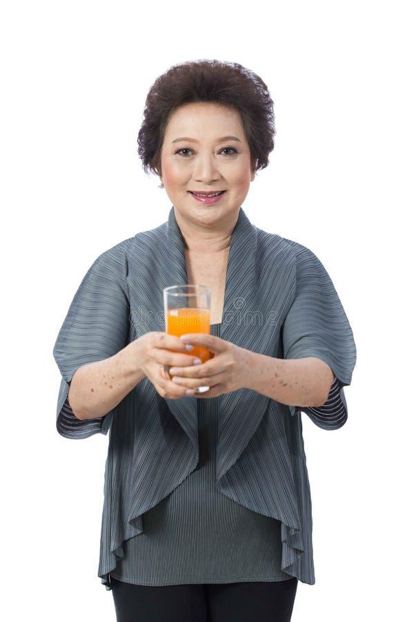 Donna senior asiatica isolata su bianco immagini stock