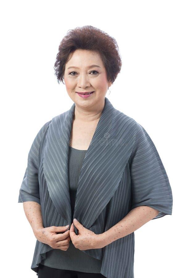 Donna senior asiatica isolata su bianco fotografia stock
