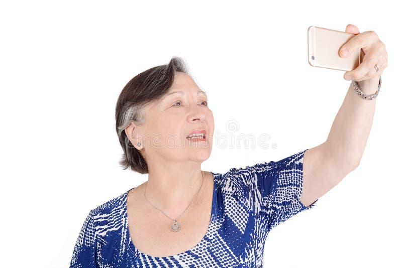 Donna senior bella che prende un selfie fotografia stock
