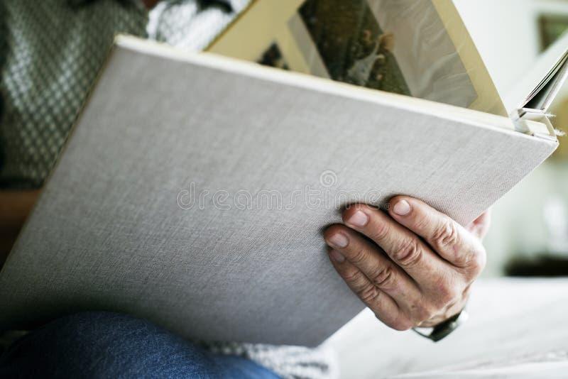 Donna senior che esamina album di foto fotografie stock libere da diritti