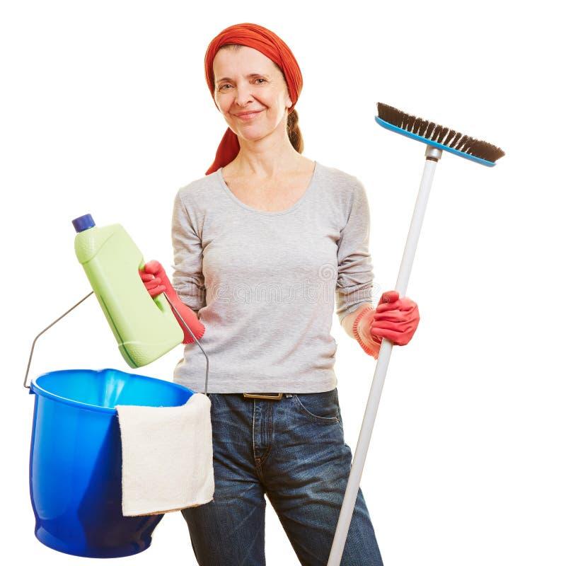 Donna senior che fa pulizie di primavera immagine stock