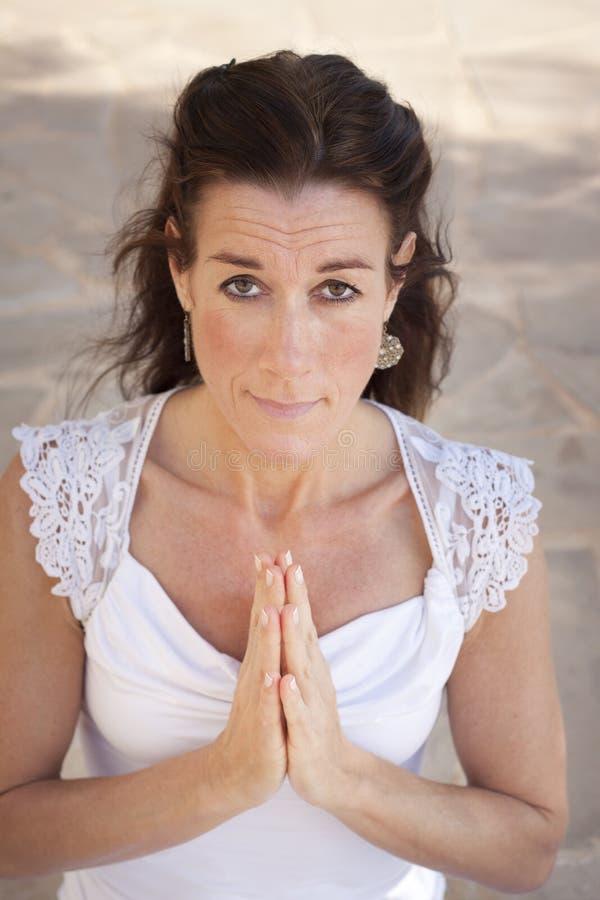 Donna senior che fa yoga fotografia stock libera da diritti