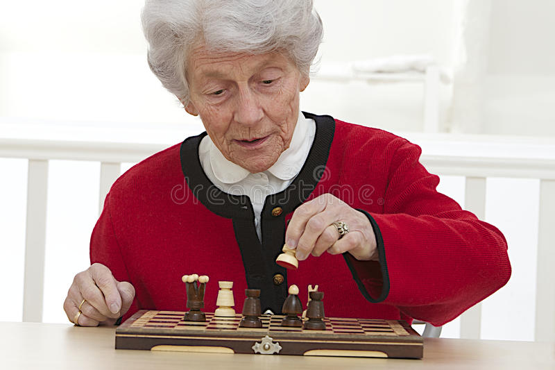Donna senior che gioca a casa di riposo immagine stock
