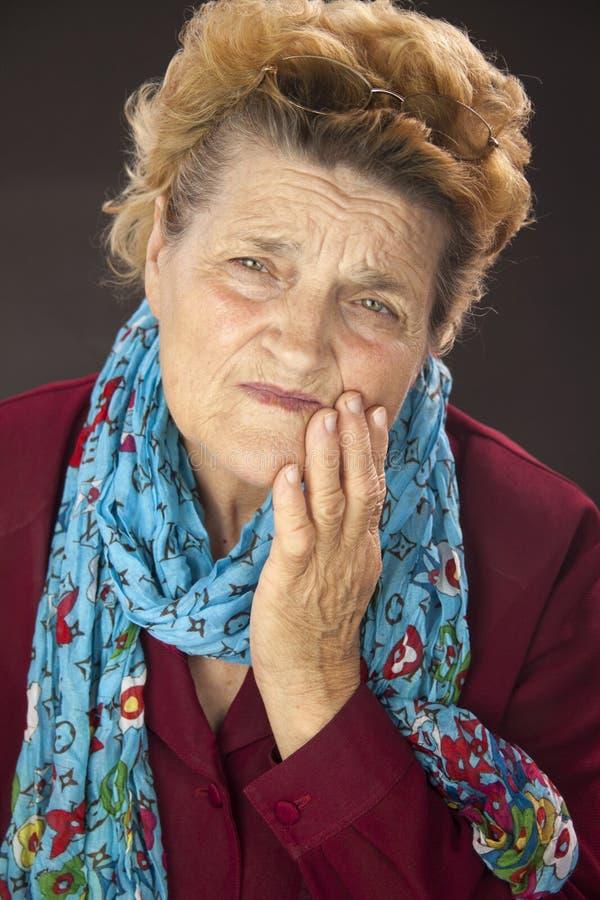 Donna senior che ha dolore del dente immagine stock libera da diritti