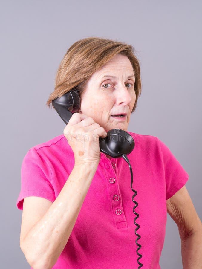 Donna senior che parla sul telefono fotografia stock