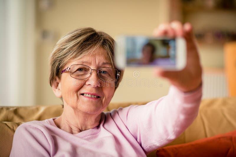 Donna senior che prende selfie immagini stock libere da diritti