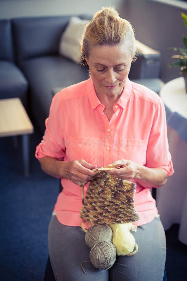 Donna senior che tricotta lana fotografie stock libere da diritti