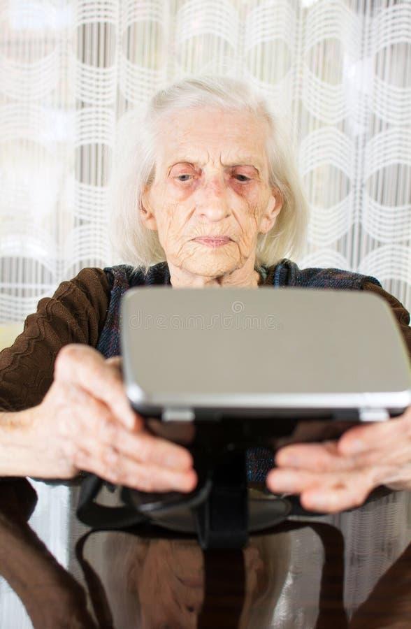Donna senior che usando gli occhiali di protezione di realtà virtuale fotografie stock