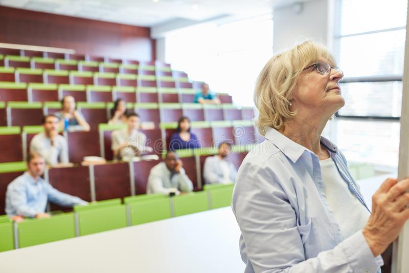 Donna senior come conferenziere di per la matematica fotografia stock libera da diritti
