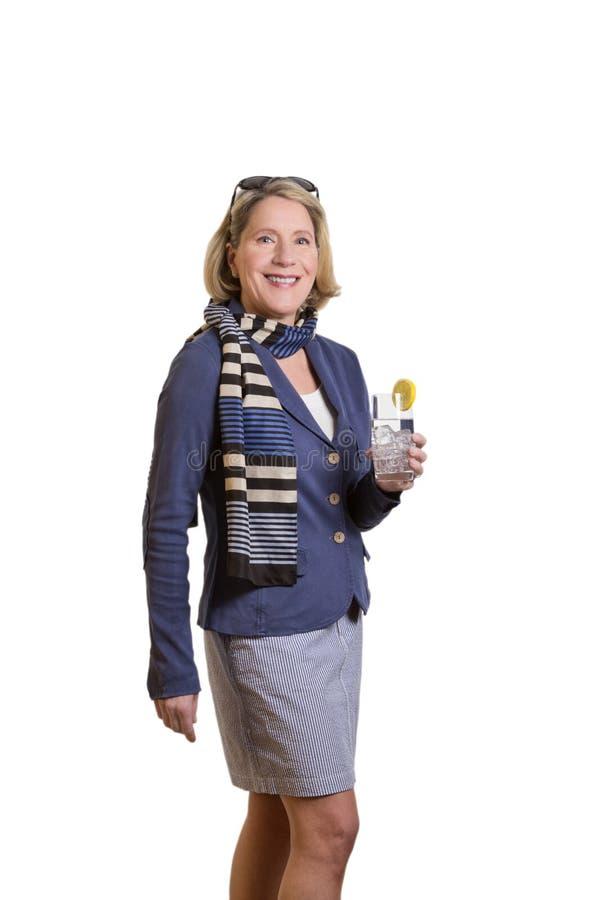 Donna senior con bicchiere d'acqua immagine stock