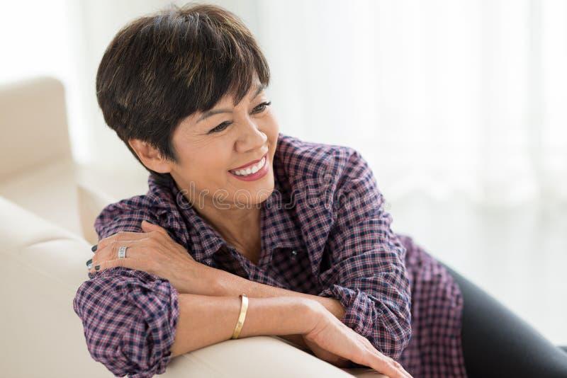 Donna senior con breve taglio di capelli immagini stock libere da diritti