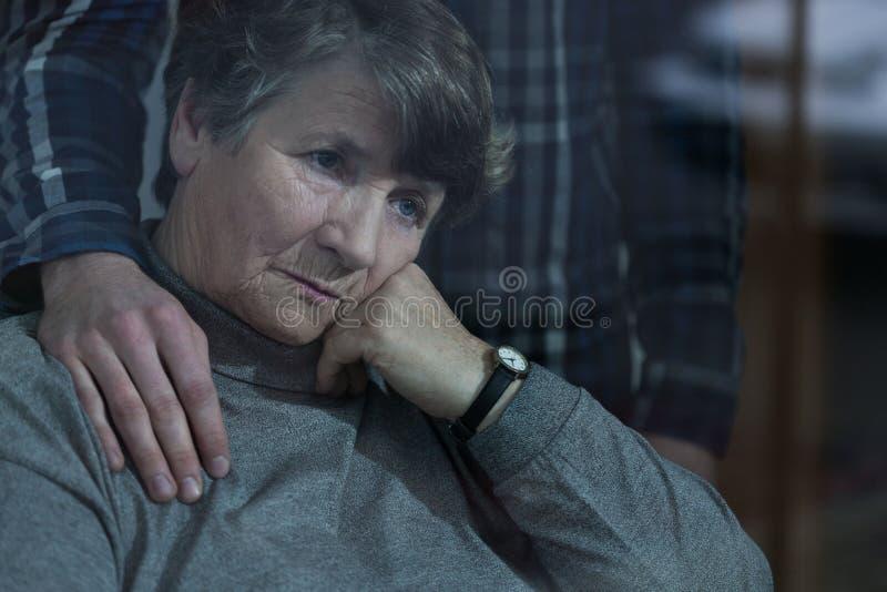 Donna senior con il nipote immagini stock