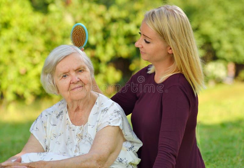 Donna senior con il suo badante fotografia stock