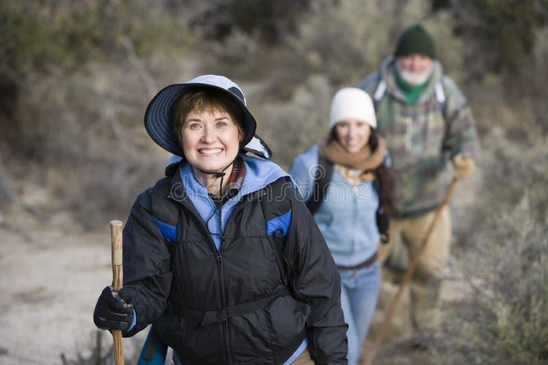 Donna senior con l'escursione della famiglia fotografie stock
