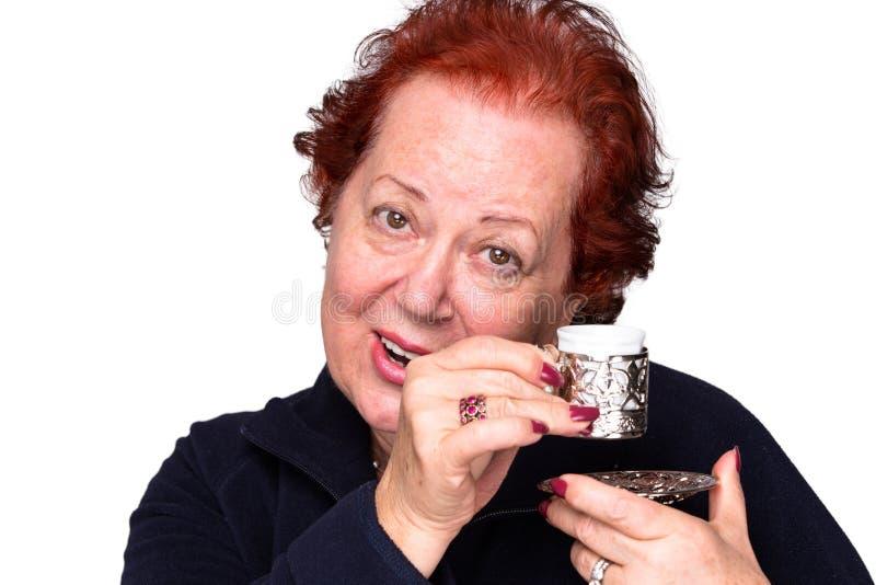 Donna senior con un caffè turco immagini stock libere da diritti