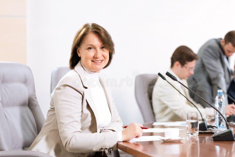 Donna senior di affari che lavora con i documenti fotografia stock
