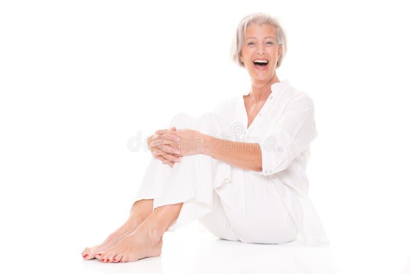 Donna senior di seduta fotografia stock