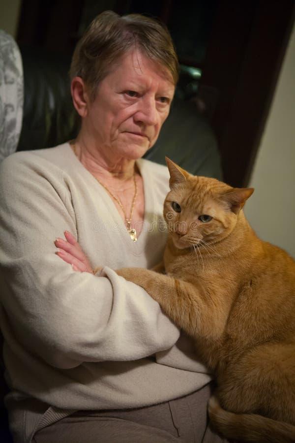 Donna senior e gatto arancio fotografia stock