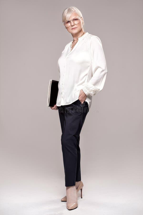 Donna senior elegante in studio fotografie stock