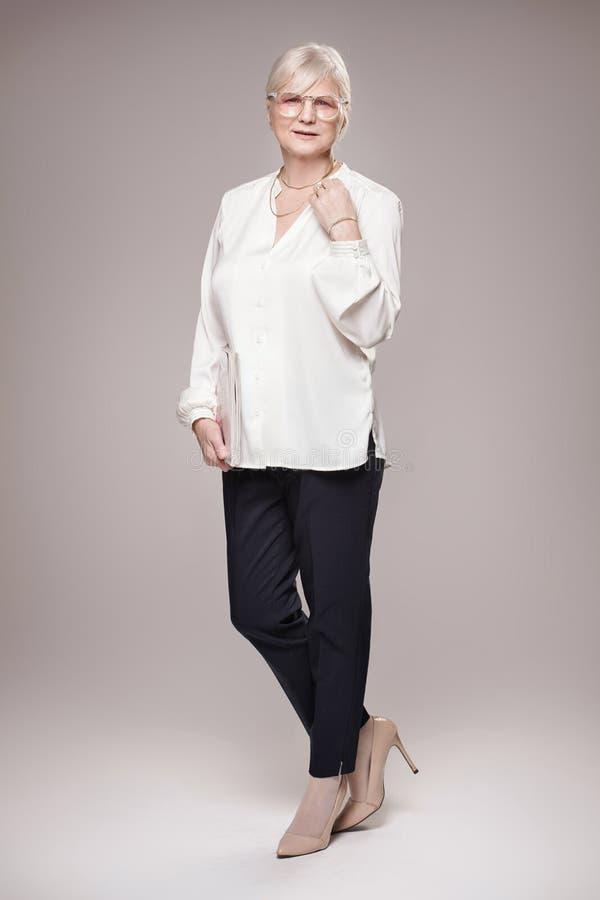 Donna senior elegante in studio immagine stock libera da diritti