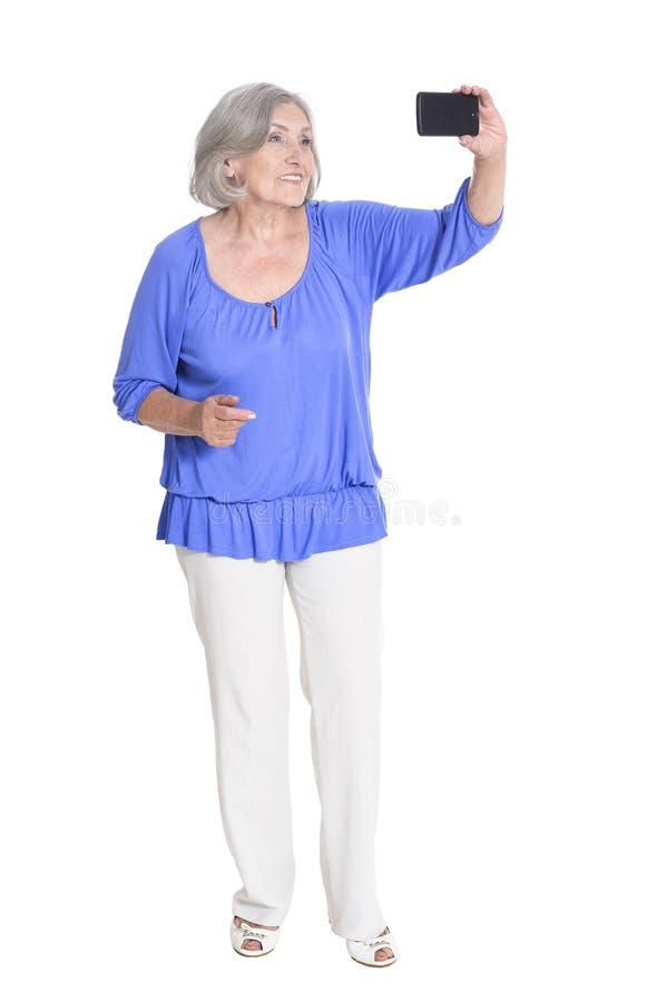 Donna senior felice che prende selfie immagine stock