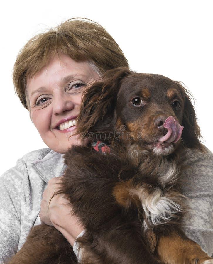 Donna senior felice con un cane immagini stock libere da diritti