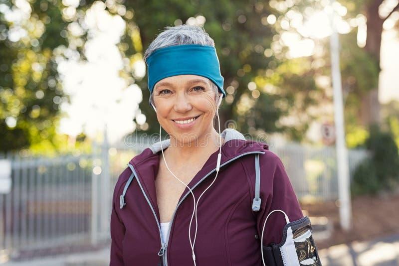 Donna senior felice di forma fisica all'aperto fotografie stock libere da diritti