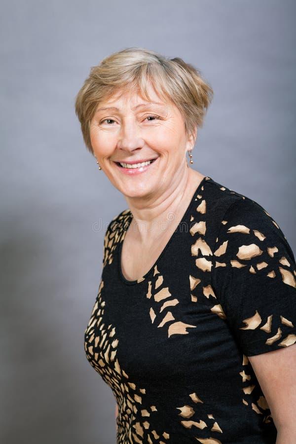 Donna senior felice vivace immagini stock