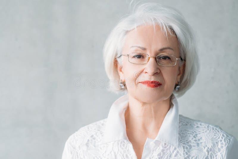 Donna senior intelligente sicura di affari fotografia stock