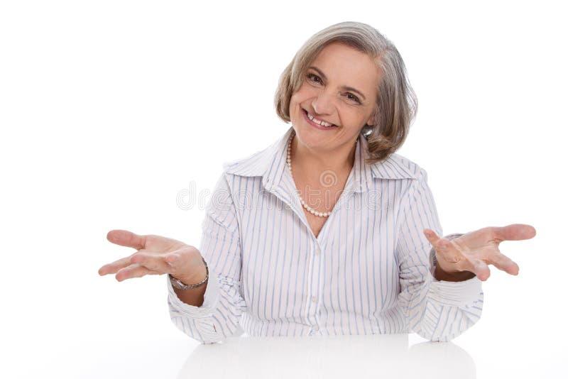 Donna senior isolata felice di affari sopra la presentazione bianca fotografia stock libera da diritti