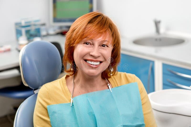 Donna senior nell'ufficio dentario fotografie stock