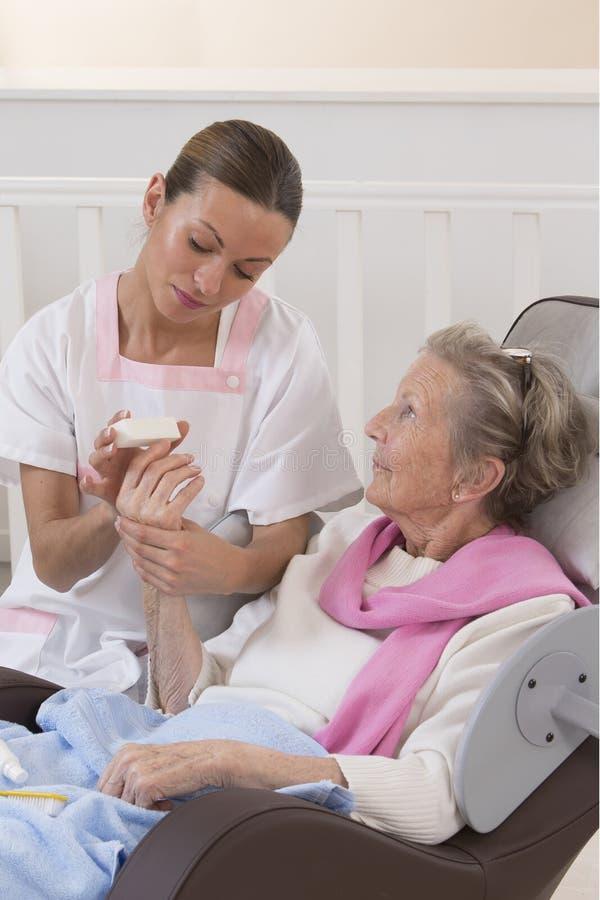 Donna senior più anziana che riceve trattamento domestico di bellezza fotografie stock libere da diritti