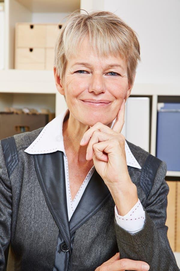 Donna senior sorridente felice di affari immagine stock libera da diritti
