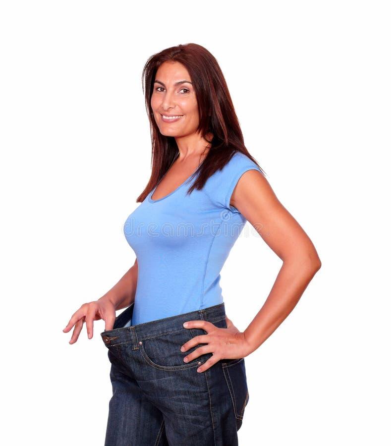 Donna senior splendida nella vecchia mutanda dei jeans fotografie stock