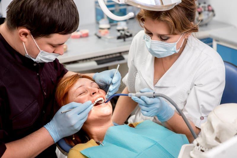 Donna senior sull'operazione dentaria immagini stock