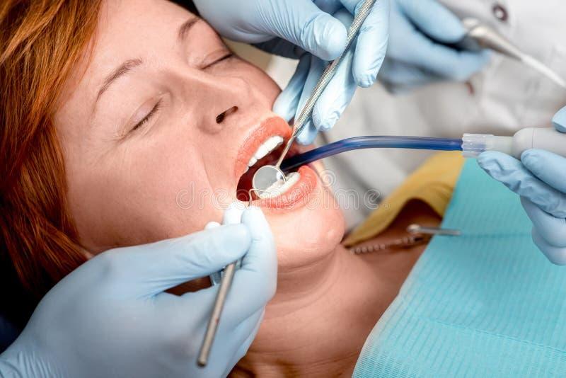 Donna senior sull'operazione dentaria fotografia stock