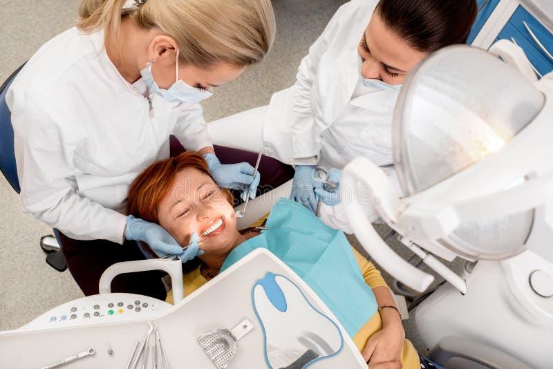 Donna senior sull'operazione dentaria fotografia stock libera da diritti