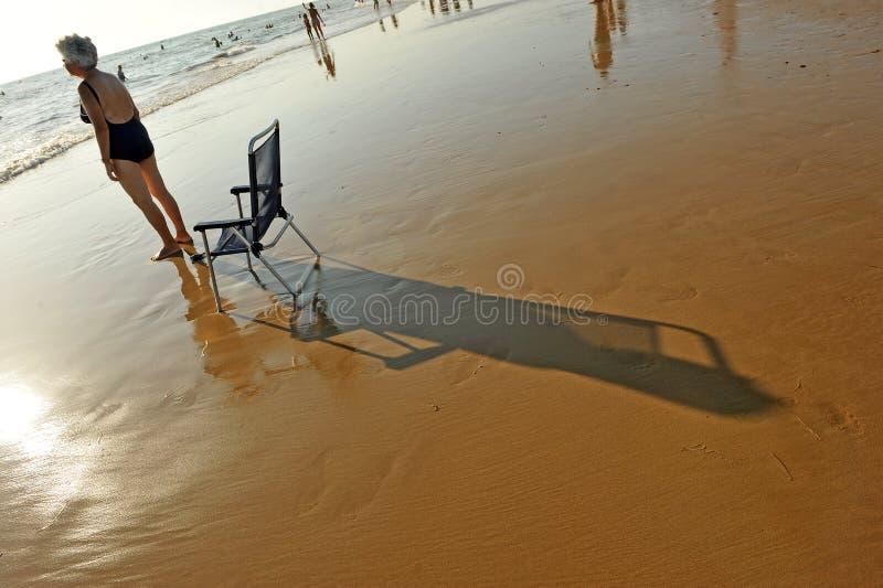 Donna senior sulla spiaggia Costa Ballena, provincia di Cadice, Spagna fotografia stock