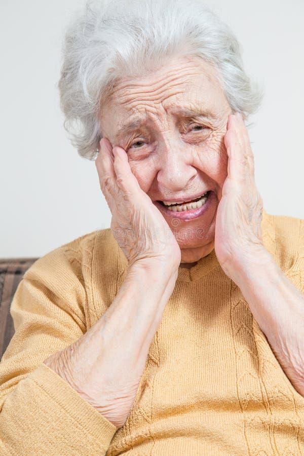 Donna senior triste dolorosa fotografia stock libera da diritti