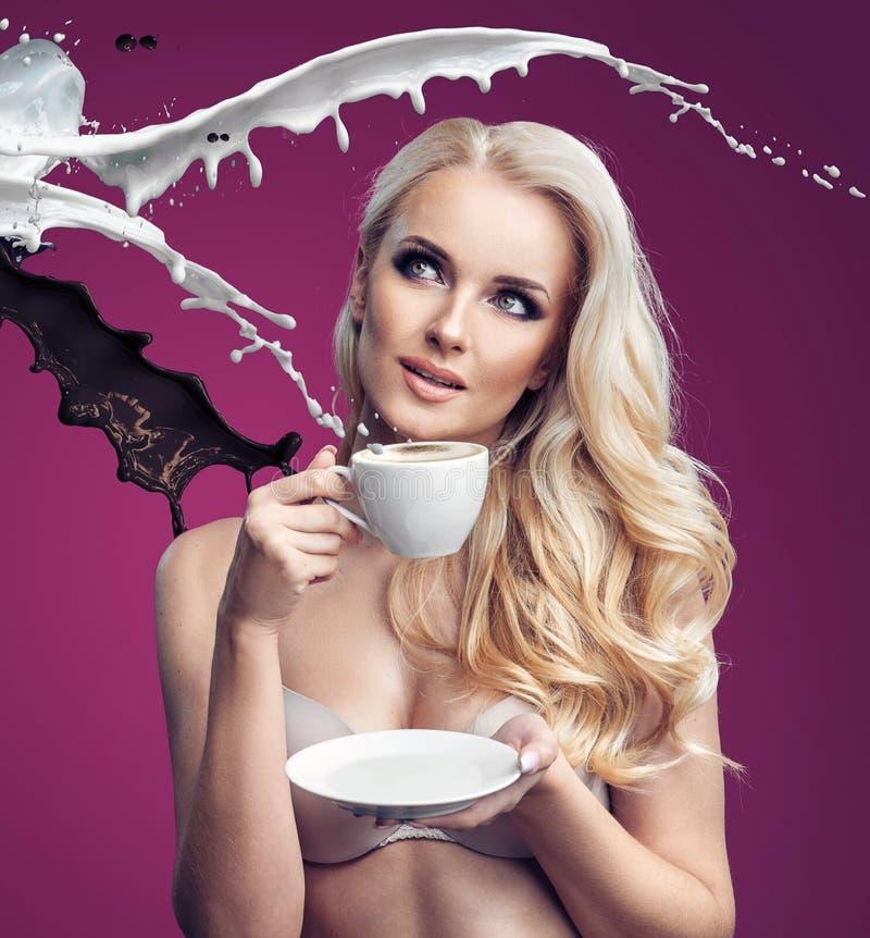 Donna sensuale che beve caffè delizioso immagine stock libera da diritti
