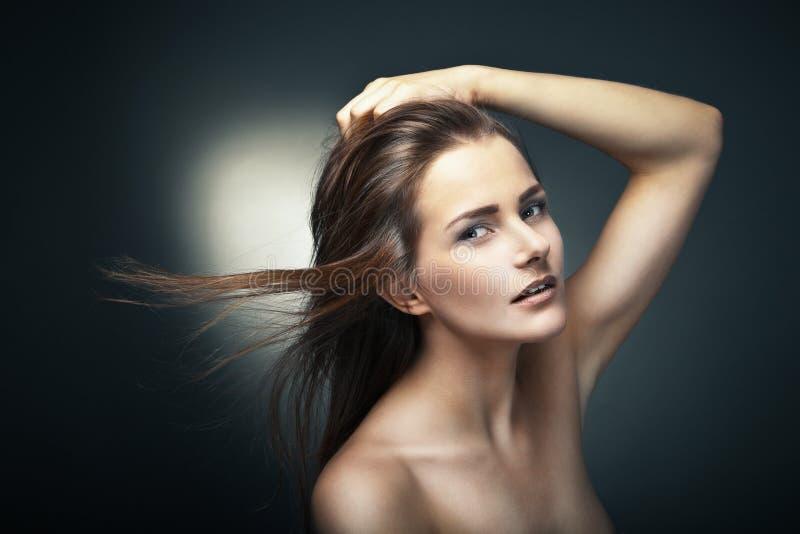 Donna sensuale con i bei capelli marroni lunghi fotografia stock libera da diritti